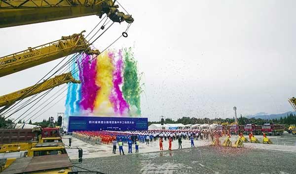 徐工8台起重机列队静候四川高速公路开工建设1