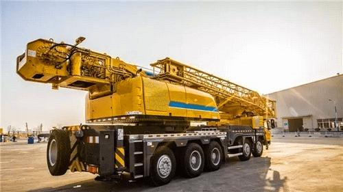 XCT130起重机正在吊装12吨重的桥梁钢结构件3.png