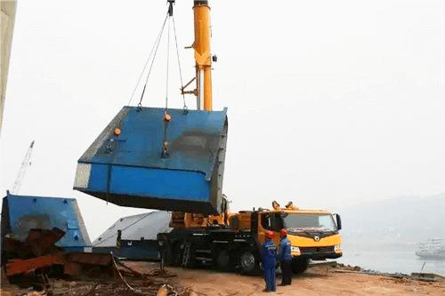 XCT130起重机正在吊装12吨重的桥梁钢结构件1.png